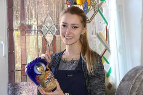 Jennifer ist jetzt Staatlich geprüfte Glas- und Porzellanmalerin. Foto: Mike Päßler