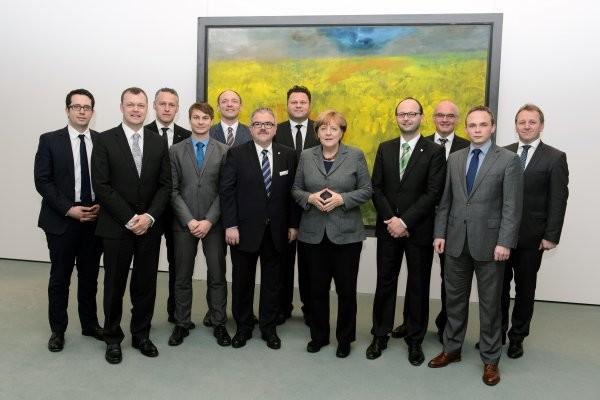 Andreas Graf (Lichtenau 2.v.l.), Carsten Michaelis (Jahnsdorf), Nico Dittmann (Thalheim) ,CDU-Bundestagsabgeordneter Marco Wanderwitz, Landrat Frank Vogel, Lars Kluge (Hohenstein-Ernstthal), Bundeskanzlerin Angela Merkel, Daniel Röthing (Callenberg), Thomas Probst (Burkhardtsdorf), Stephan Weinrich (Niederdorf), Ronny Hofmann (Lunzenau) v.l. Foto: Bundesregierung / Marvin Güngör