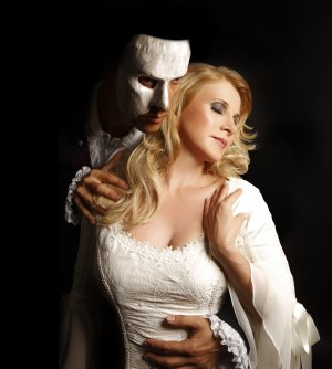 Deborah Sasson mit Axel Olzinger als Phantom der Oper. Foto: Carina Jahn