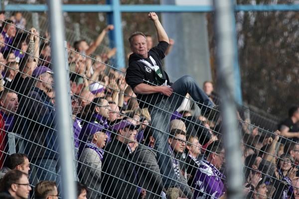 Hatten gut lachen: Die Fans aus Aue. Fotos: Reinhard Haupt