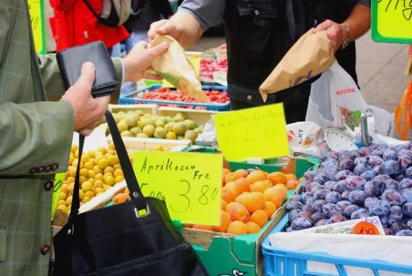 Papiertüten könnten bald zu einem gewohnten Bild auf dem Chemnitzer Wochenmarkt werden. Foto: Susanne Schmich/pixelio.de