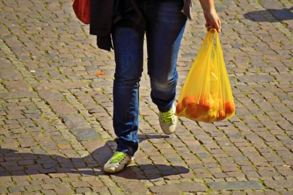 Plastikbeute sind gerade auf dem Markt ein treuer Begleiter. Diese sollen in den kommenden Jahren verschwinden. Foto: cocoparisienne/pixabay.de