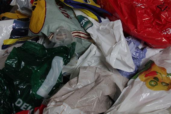 Bei jeden Einkauf eine Tüte, da sammelt sich schnell ein Berg an. Damit soll Schluss sein. Foto:bit