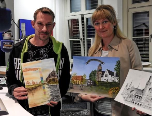 Die Malwettbewerb Jurymitglieder Karsten Kolliski und Susann Riedel bestaunen einige der bereits vielfältig eingereichte Werke. Foto: Steve D. Bauer