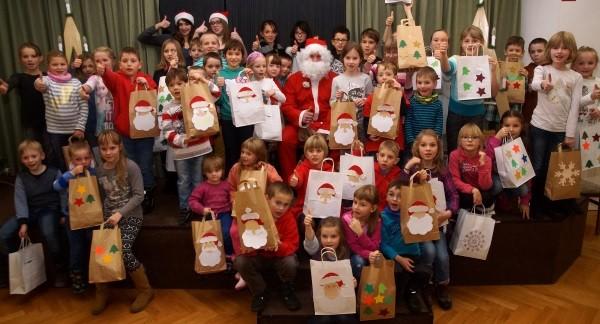 Zur Kinderweihnachtsfeier in Breitenbrunn bastelten die Mädchen und Jungen lustige bunte Geschenktüten. Sie werden mit kleinen Gaben gefüllt und an Flüchtlingskinder übergeben. Foto: Uwe Zenker