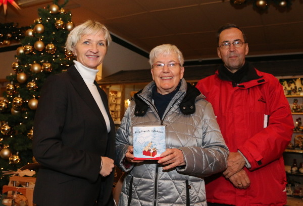 Geschäftsführerin Kathrin Claußnitzer gratulierte Familie Fordran zum Gewinn.Foto: Roman Pfüller