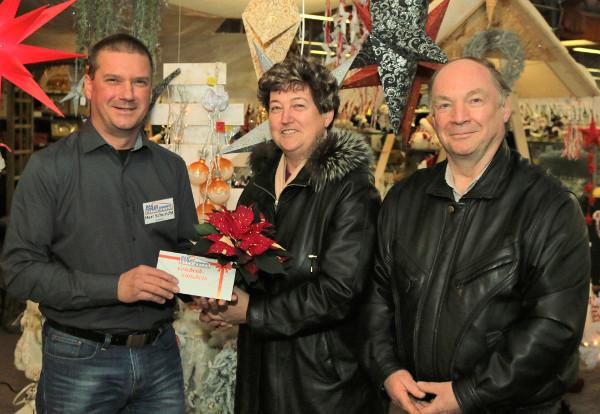 Marktleiter Dierk Schuricht überreicht Familie Eidam den Hauptgewinn des Adventsrätsels. Foto: Roman Pfüller