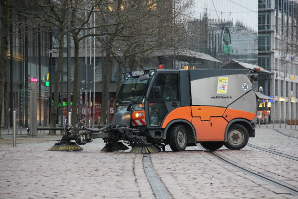 Kleinkehrmaschinen reinigen die Straße der Nationen...