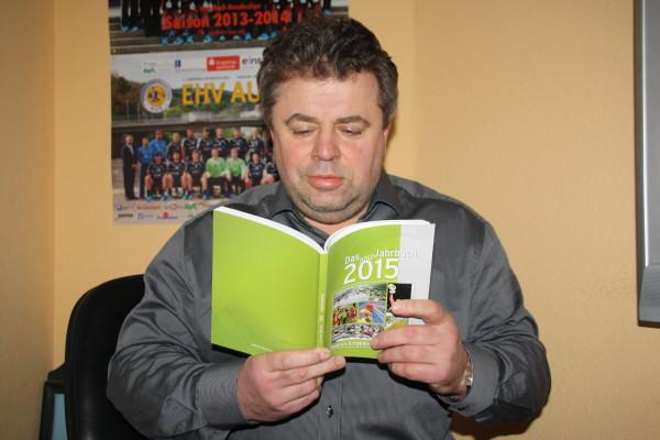 EHV-Manager Jurke liest im Jahrbuch Foto: Birgit Hiemer