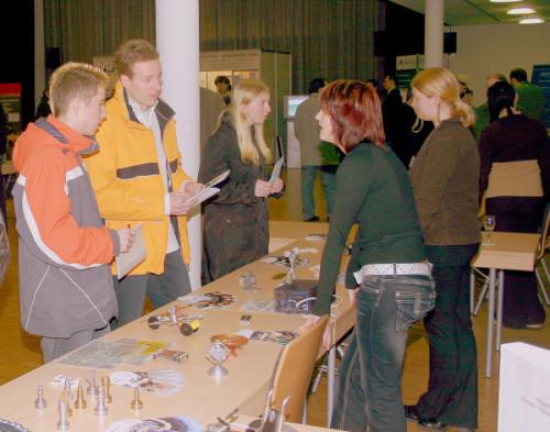 Zur Ausbildunsgmesse erfahren die Jugendlichen , was es für Ausbildunsgmöglichkeiten vor Ort gibt. Viele Firmen sind vor Ort und geben auch praktische Einblicke in die Ausbildung. Foto: Uwe Wolf