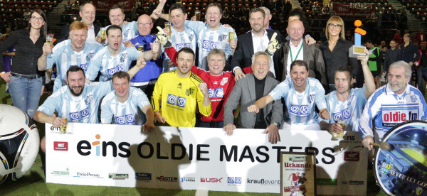 So sehen Sieger aus. Der Chemnitzer FC gewinnt das eins Oldie Masters 2016 in der Chemnitz Arena. Foto: bit
