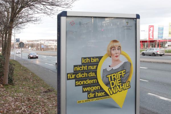 Wie hier an der Leipziger Straße kurz nach der Autobahnabfahrt werben Plakate für die Wahl in Sachsen-Anhalt. Fotos: bit