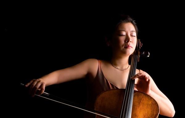 Den Solopart übernimmt die international bekannte Cellistin Meehae Ryo – heute eine der renommiertesten Professorinnen Südkoreas.