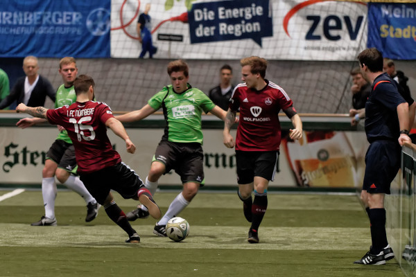 Der spätere Sieger Nürnberg (in rot) im Duell mit der Westsachsen Auswahl.