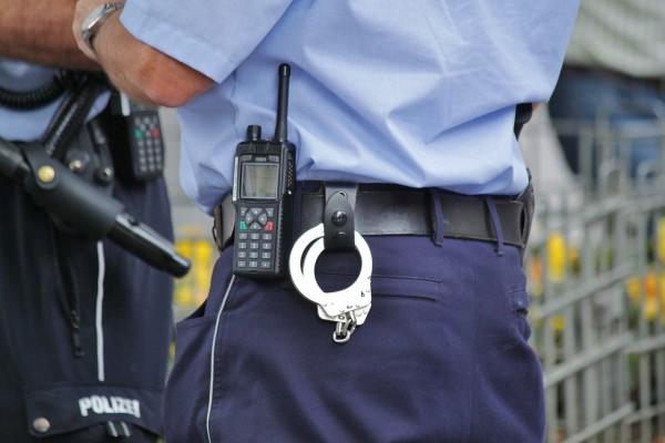 Die Polizei warnt vor einem Ganoven, der sich als Polizist ausgibt.