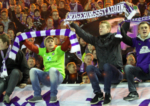 Die Anhänger des FC Erzgebirge Aue sind nach dem Sieg in Aalen happy.