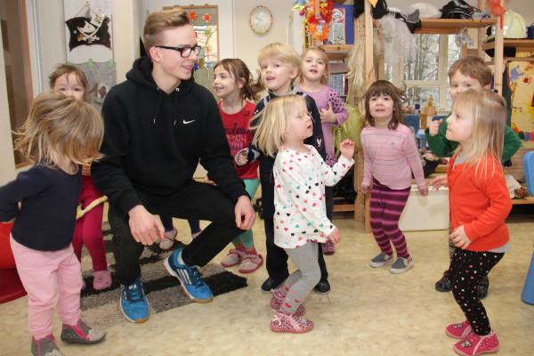 """""""Und ich spring..spring..spring..."""" Beim Fliegerlied springt Nikita Drechsler mit den Kindern der gelben Gruppe durch das Zimmer - und hat so gleich ein bisschen Training. Foto: bit"""