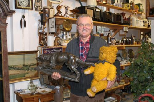 Reinhard Schraps betreibt einen Anbtiqitätenhandel im Denkmalhof Franken. Er zeigt zwei Fundstücke, die bei ihm im Geschäft auf neue Besitzer warten. Foto. uwe Wolf