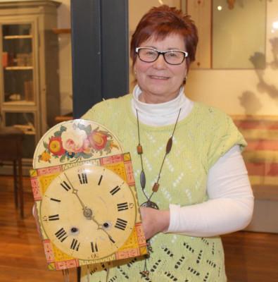 Ute Reinhold aus Lichtenstein besitzt diese alte Schwarzwälder Uhr. Es ist eine sogenannte Lackschilduhr. Die Uhr gehörte der Großmutter. Bei Ute Reinholds Mutter hing die Uhr noch im Wohnzimmer. Inzwischen ist die Uhr aber weggepackt, weil sie nicht mehr in die Wohnung passt. Verkaufen wird Ute Reinhold die Uhr aber nicht. Sie ließ ihren Wert nur schätzen, um zu sehen, was die alte Uhr eigentlich Wert ist. Foto: Uwe Wolf