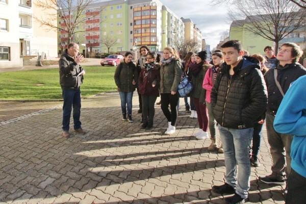 Eckgart Roßberg (l.) von Arbeitsgruppe Sonnenberg des Chemnitzer Geschichtsvereins erklärt den Neunern Details auf dem Sonnenberg. Foto: bit