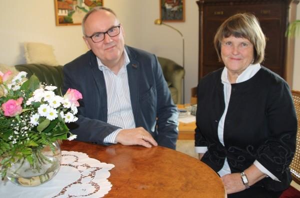"""Schon vor langer Zeit hatte sich Monika Nestler, im Bild mit HERR-BERGE-Vorstand Thomas Scheffler, entschlossen: """"Wenn ich umziehe, dann in die HERR-BERGE nach Burkhardtgrün."""" Die Oberlungwitzerin verkaufte ihr Haus, zog kurz vor ihrem 70. Geburtstag ins neu errichtete Haus Steinbergblick 1 - 3 und genießt jetzt das wohlbehütete Miteinander und das herrliche Umfeld. Viele Jahre war sie beruflich und ehrenamtlich in sozialen Bereichen tätig. Auch jetzt setzt sie sich nicht einfach zur Ruhe. In der HERR-BERGE unterstützt sie die Mitarbeiter der Sozialtherapeutischen Wohnstätte für chronisch psychisch kranke Menschen bei Sport- und Bewegungsangeboten. Foto: Birgit Hiemer"""