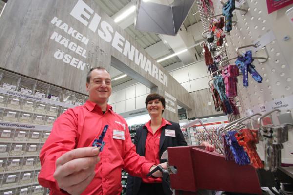 Als erster toom Markt in ganz Deutschland bietet das Haus im Chemnitz Center eine Eisenwaren-Abteilung. Hier werden auch Schlüssel geschliffen, wie Mitarbeiter Jens Pötzsch und Marktleiterin Betty Glotz zeigen. Foto: bit