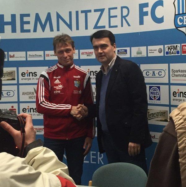 Nun heißt es verabschieden von Sven Köhler (hier mit Vereinsvorsitzendem Matthias Hänel). Foto: Nicole Neubert