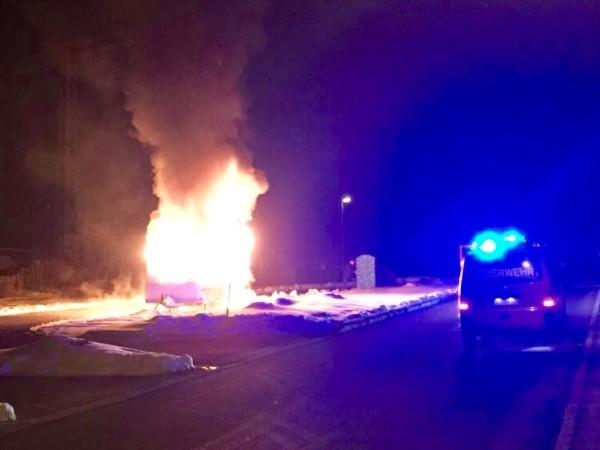 Beim Eintreffen der Feuerwehr steht das Wohnmobil bereits komplett in Flammen. Fotos: Martin Planitzer