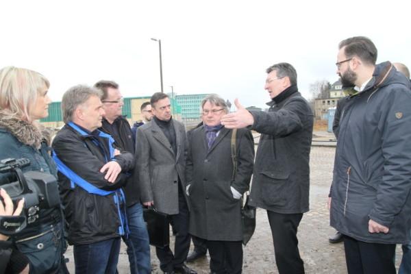 """Lutz Reinhold (BfZ) von der Bürgerinitiative """"Nein zur JVA in Marienthal"""" gab den Ministern nochmals Contra. Foto: Alice Jagals"""