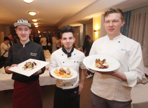 Pascal Heinsmann, Vincent Steinbach und Tobias Kad (von links) präsentieren die Hauptgerichte, die ihnen die ersten drei Plätze beim 23. Sternquell-Kochwettbewerb einbrachten. Foto: Brand-Aktuell