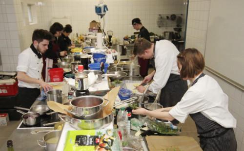 Blick in die Lehrküche, wo die sechs Finalisten ihre Dreigang-Menüs beim 23. Sternquell-Kochwettbewerb zubereiteten. Foto: Brand-Aktuell