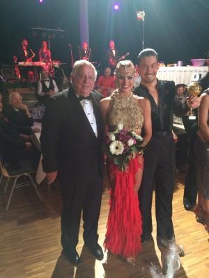 Die Sieger im Lateintanz Dmitry Barov und Ekaterina Kalugina mit Jürgen Schimmel.
