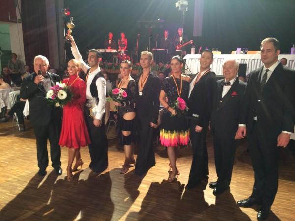 Gruppenfoto alle Sieger über 10 Tänze mit Juroren undmit Oberbürgermeister Jesko Vogel (r.). Fotos: Jürgen Meinert