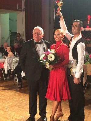 Die Sieger über 10 Tänze(5 Standard, 5 Latein) und Publikumslieblinge Jonatan Rodriguez Perez und Jenny Müller aus Dresden mit Jürgen Schimmel.