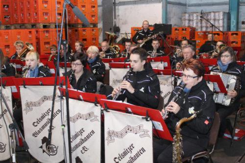 Die Oelsnitzer Blasmusikanten sorgten für den passenden Sound zum Frühschoppen. Foto: Uwe Wolf