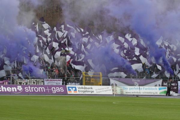 Auch im Auer Stadion war der lila Qualm schon zu sehen. Foto: Birgit Hiemer