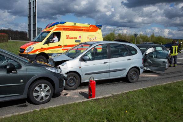 Heftig gekracht hat es zwischen drei Fahrzeugen. Fotos: Daniel Unger