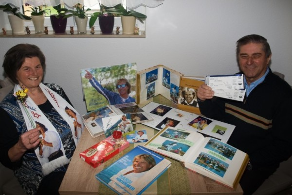 Christine (73) und Bernd Neubert (75) zeigen ihre Fanartikel und selbst gebastelte Fotoalben. Foto: nn