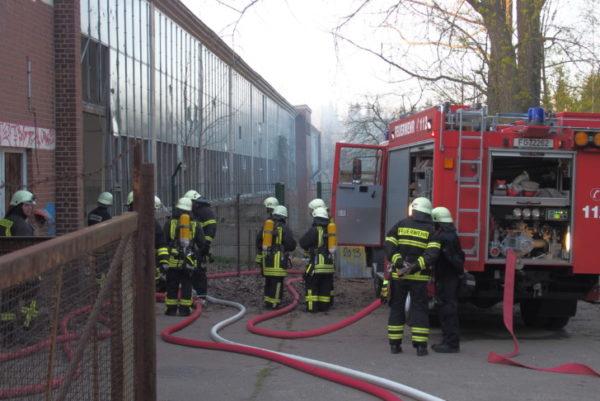 Zur alten Porzeline wurde die Feuerwehr am Mittwochabend gerufen. Fotos: Peter Kuckenburg