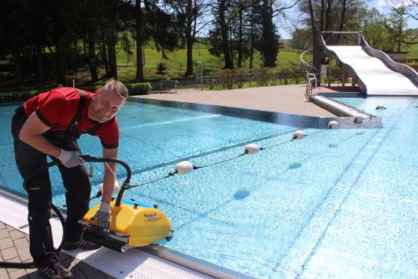 Die letzten Aufbereitungen für die anstehende Badesaison werden getroffen. Bademeister Sven Lieberwirth lässt das Bodenreinigungsgerät auf den Grund des Beckens. Foto: Nicole Neubert