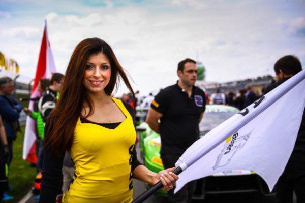 Bevor das Rennen startet stehen die Grid Girls an der Startlinie. Nicole Neubert präsentiert die ADAC GT Masters