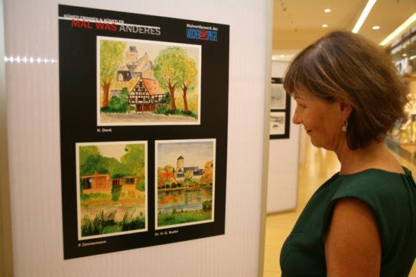 Sarah Wetzel gehörte am Montag zu den ersten Bewunderern der Ausstellung. Sie ist selbst Hobby-Künstlerin und freute sich über die vielen tollen Werke. Foto: C.Haase