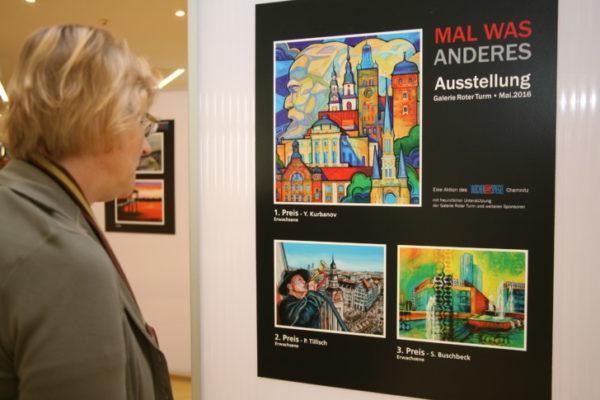 Auch Ute Maier war angetan von den präsentierten Werken. Foto: Cindy Haase