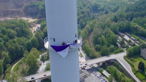 In 137 Metern wird Flagge gezeigt: zwei Mitarbeiter der Nickelhütte AG hissten heute diese Flagge - eine schöne Tradition zum Aufstieg des FC Erzgebirge Aue. Fotos: Daniel Unger
