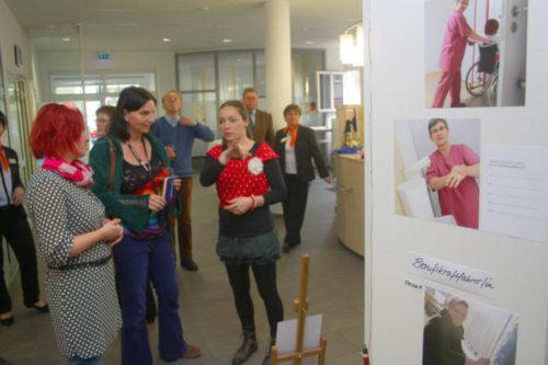 Die Künstlerinnen Isabell Weigel und Sabine Reichert im Gespräch mit Besuchern zur Ausstellungseröffnung. Foto. Uwe Wolf
