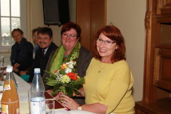 Blumen für die Ministerin Petra Köpping. Links im Bild die zweite Bürgermeisterin von Burkhardtsdorf Ina Reichel.   Foto: Stefan Unger