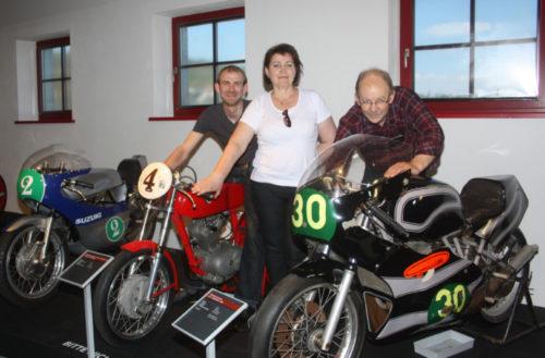 Denis, Valentina und Alexander hahn aus Bremen zu Gast im Textil- und Rennsportmuseum. Zum Museumstag kann natürlich auch der Motorsportbereich besichtigt werden. Foto. Uwe Wolf