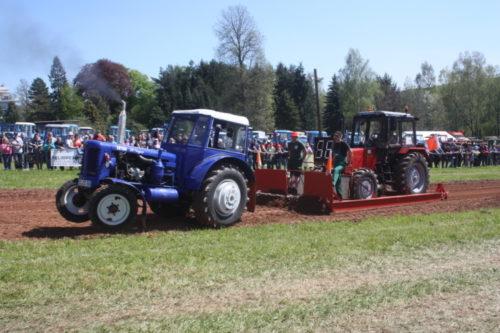 Beim Traktorpulling sind die Traktoren auch schon mal auf zwei Rädern unterwegs. Foto: Uwe Wolf