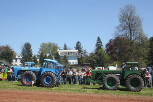 Viele sind von den riesigen Dutrs fasziniert. Etwa 30 dieser Traktoren sind vor Ort zu bestaunen. Foto: Uwe Wolf