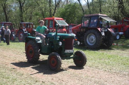 Auch der Nachwuchs ist schon siche rim Traktorfahren. Foto. Uwe Woilf